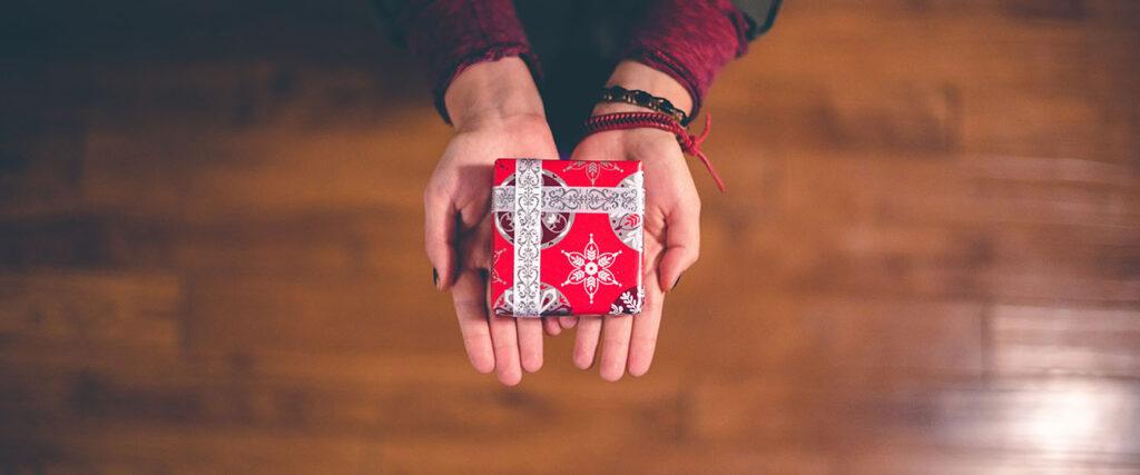 darček v červenom papieri